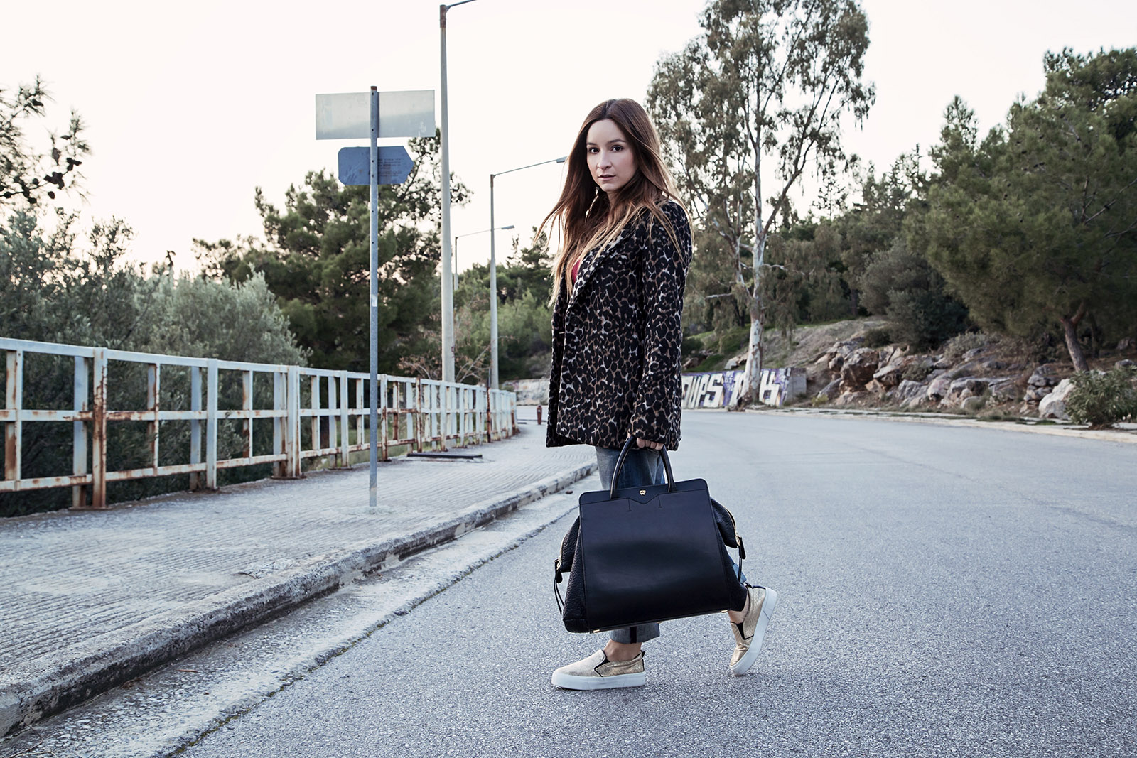 af225619358 Jeans: Replay   Bag: MCM   Shoes: Bershka   Blouse: Mango   Coat: Forever 21